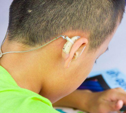 Kind mit Hörgerät
