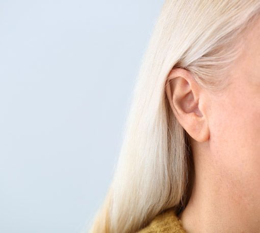 Ohr Seitenansicht ältere Frau