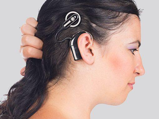 Frau trägt cochlea implantat schwarz